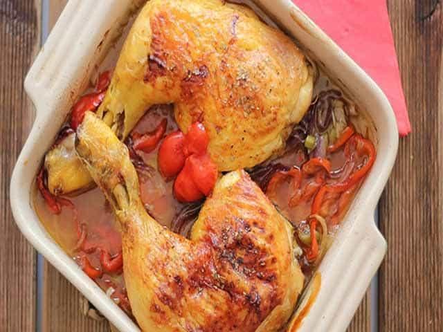 muslos de pollo al horno con pimientos y cebolla